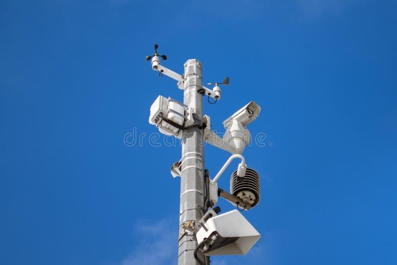 Stazione metereologica automatica, con un sistema di controllo del tempo e le videocamere per l'osservazione Contro lo sfondo del fotografia stock libera da diritti