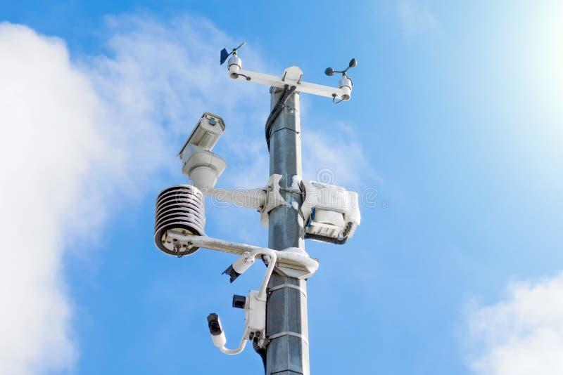 Stazione metereologica automatica, con un sistema di controllo del tempo e le videocamere per l'osservazione Contro lo sfondo del immagini stock