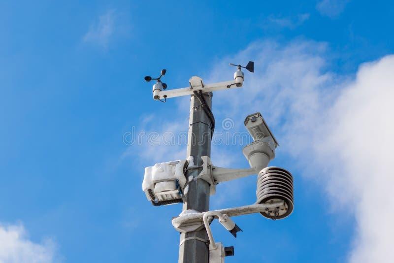 Stazione metereologica automatica, con un sistema di controllo del tempo e le videocamere per l'osservazione Contro lo sfondo del immagine stock