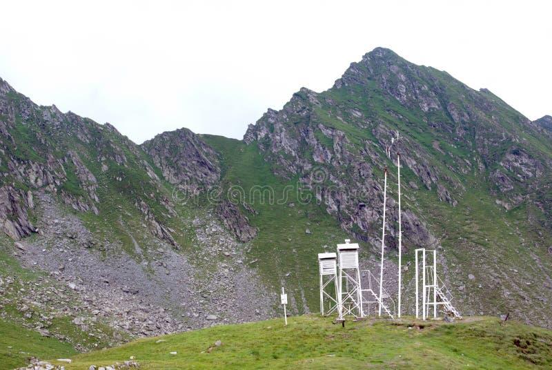 Stazione metereologica sulla montagna immagini stock libere da diritti