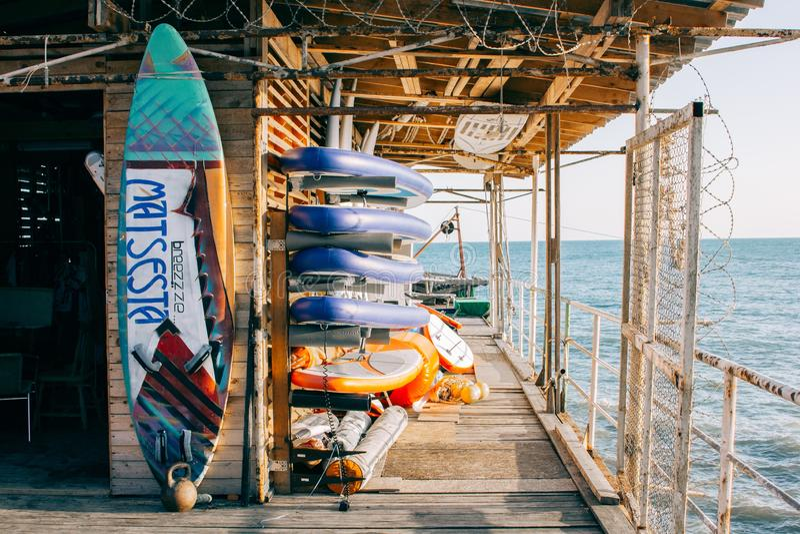 Stazione praticante il surfing immagini stock libere da diritti