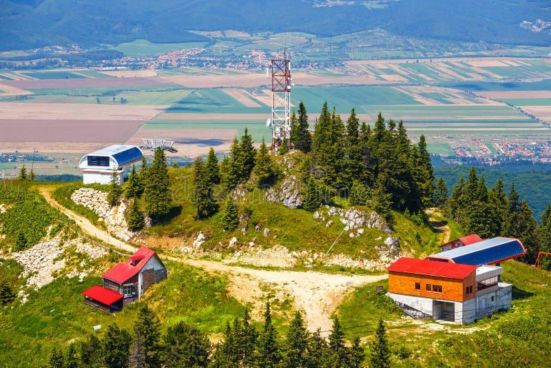 Stazione sciistica della montagna nel massiccio di Postavarul fotografie stock