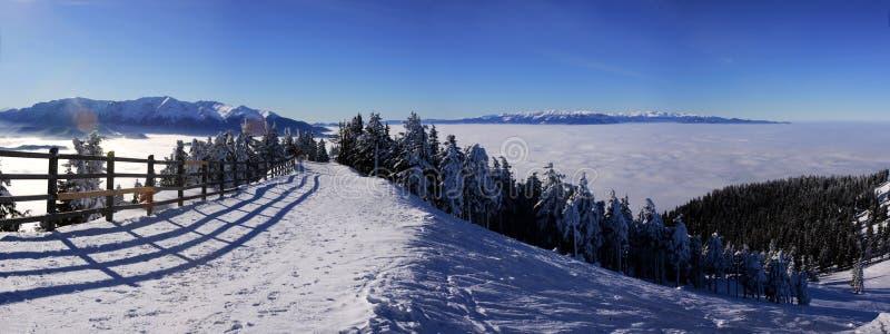 Stazione sciistica delle montagne di Postavaru nell'inverno immagine stock