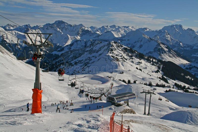 Stazione sciistica nelle alpi immagini stock