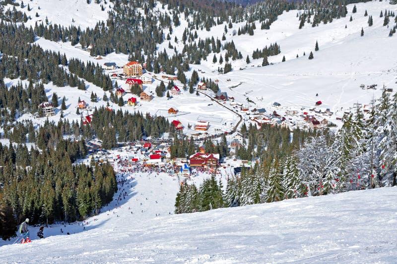 Stazione sciistica nelle montagne fotografia stock libera da diritti
