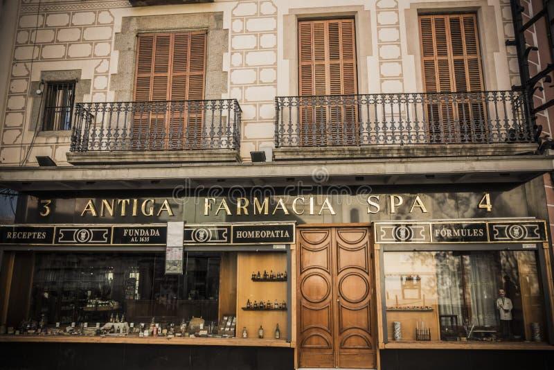 Stazione termale antica di farmacia della farmacia del monumento storico della facciata in Mataro fotografia stock libera da diritti