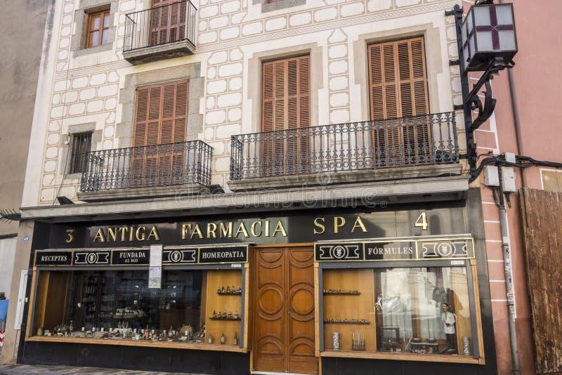 Stazione termale antica di farmacia della farmacia del monumento storico della facciata in Mataro fotografie stock libere da diritti