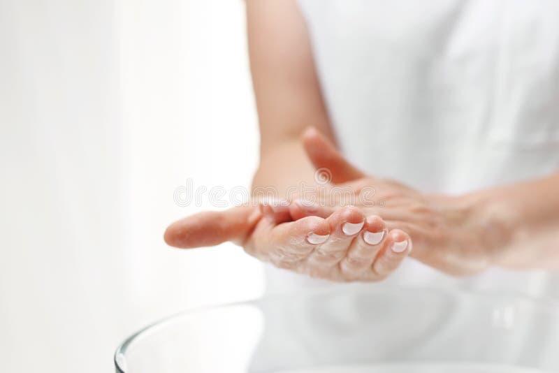 Stazione termale della mano Cura di pelle della mano La donna si lava le sue mani immagine stock libera da diritti