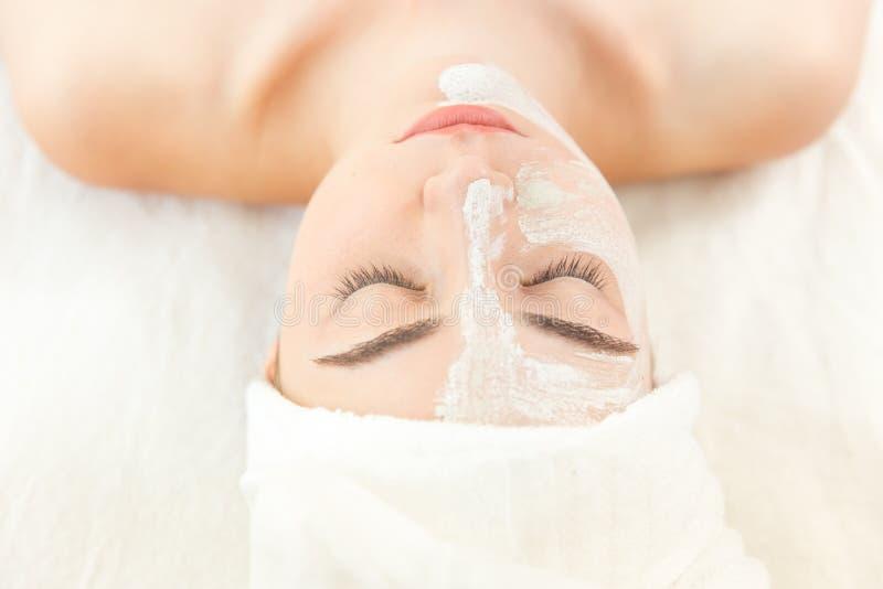 Stazione termale della pelle della maschera di protezione della donna di bellezza con la polvere di erbe di Thanaka fotografie stock