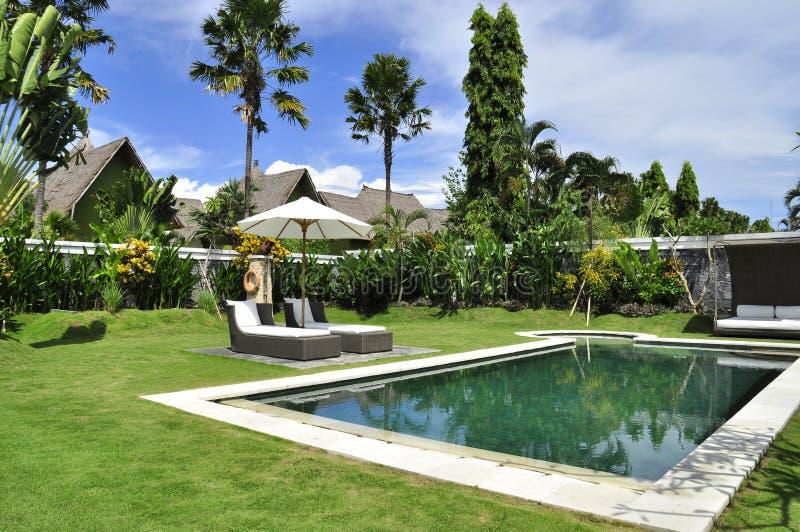 Stazione termale della ritirata e piscina di lusso della villa fotografia stock libera da diritti