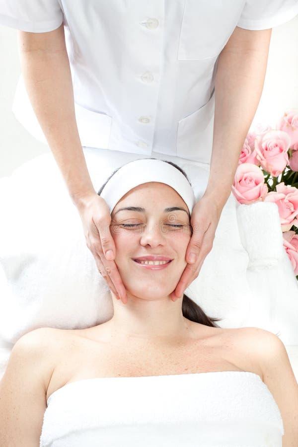 Stazione termale di massaggio. Trattamento facciale. immagini stock