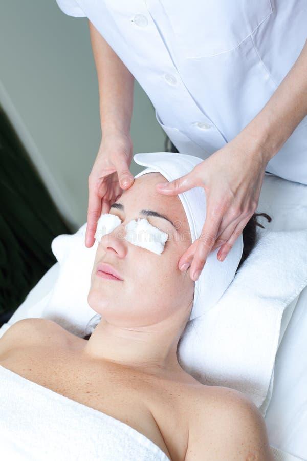 Stazione termale di massaggio. Trattamento facciale. fotografia stock