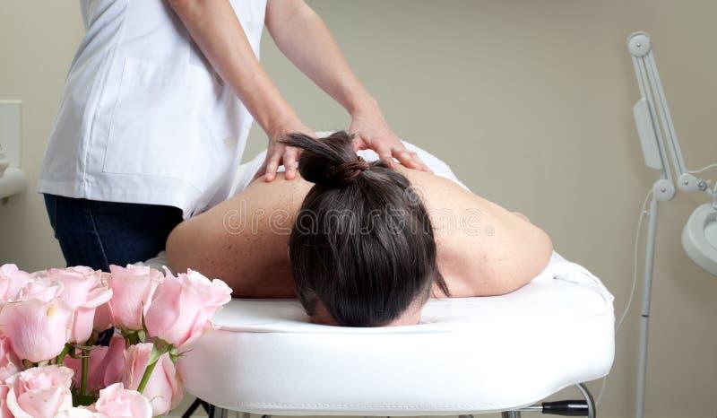 Stazione termale di massaggio. Trattamento posteriore. fotografia stock libera da diritti