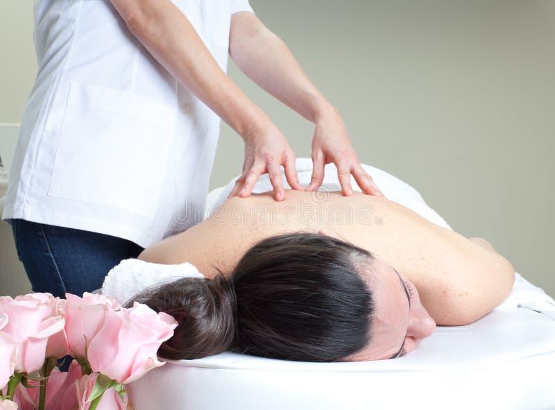 Stazione termale di massaggio. Trattamento posteriore. fotografia stock