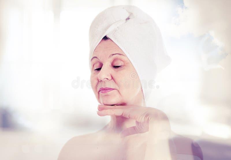 Stazione termale e concetto di bellezza Bella donna invecchiata con l'asciugamano bianco sulla sua testa Il Regno Unito fotografie stock