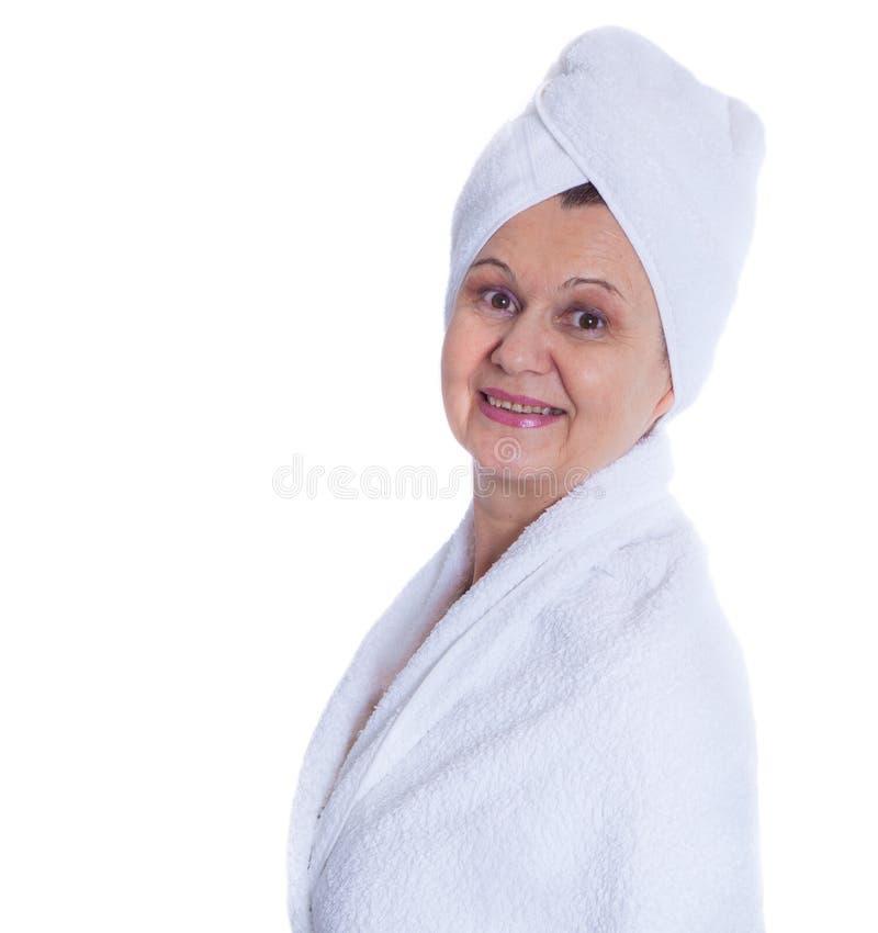 Stazione termale e concetto di bellezza Bella donna invecchiata con l'asciugamano bianco sulla sua testa Il Regno Unito immagine stock