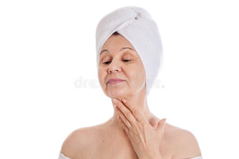 Stazione termale e concetto di bellezza Bella donna invecchiata con l'asciugamano bianco sulla sua testa Il Regno Unito fotografie stock libere da diritti
