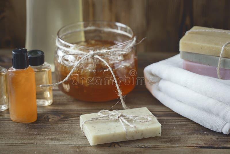 Stazione termale Honey Soap fatto a mano sopra sfondo naturale immagini stock libere da diritti