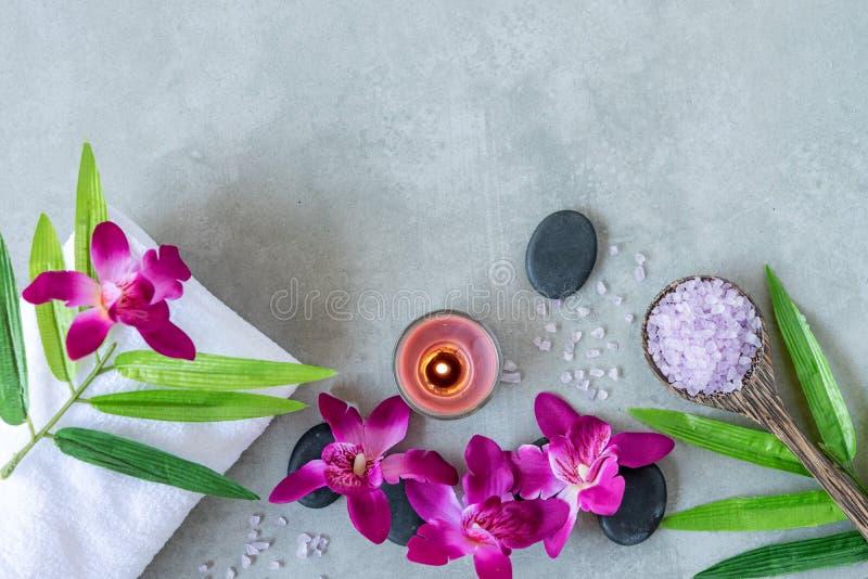 STAZIONE TERMALE tailandese Vista superiore delle pietre calde che mettono per il trattamento di massaggio e rilassarsi con l'orc immagini stock