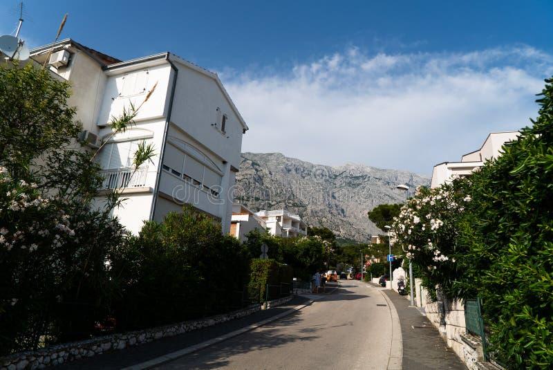 Stazione turistica bianca incantante al piede delle montagne di Biokovo fotografie stock libere da diritti