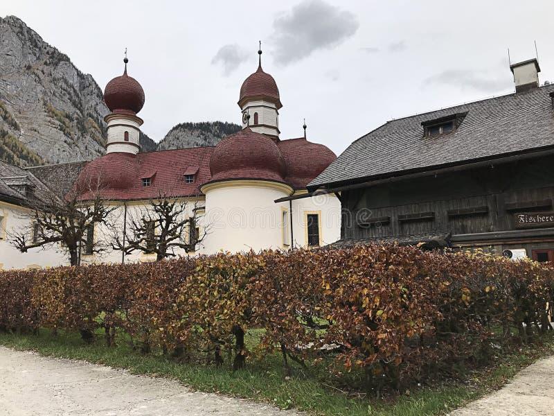 stBartholomew kościół lokalizuje przy zachodnim brzeg Konigsee jezioro w Berchtesgaden, Niemcy obrazy royalty free