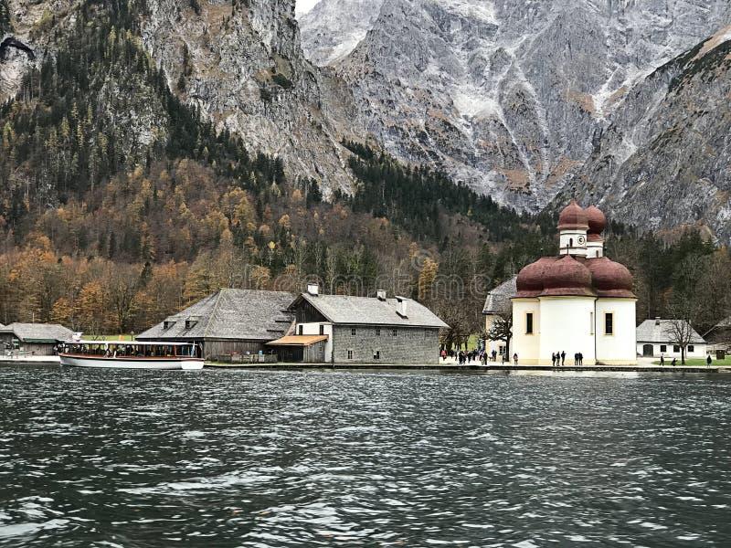 stBartholomew kościół lokalizuje przy zachodnim brzeg Konigsee jezioro w Berchtesgaden, Niemcy fotografia stock