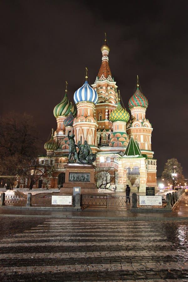 StBasil大教堂在夜之前在莫斯科 库存图片