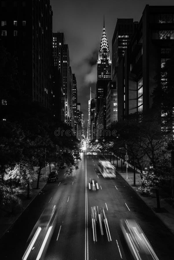 42ste Straat bij nacht van Tudor City, de Stad in van Uit het stadscentrum Manhattan, New York royalty-vrije stock foto