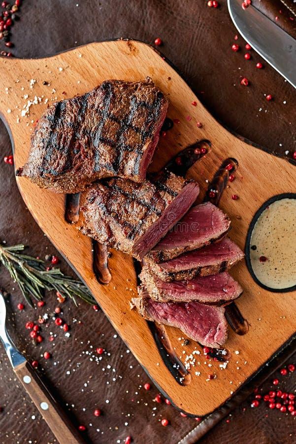 Steak auf einem h?lzernen Brett lizenzfreie stockfotografie