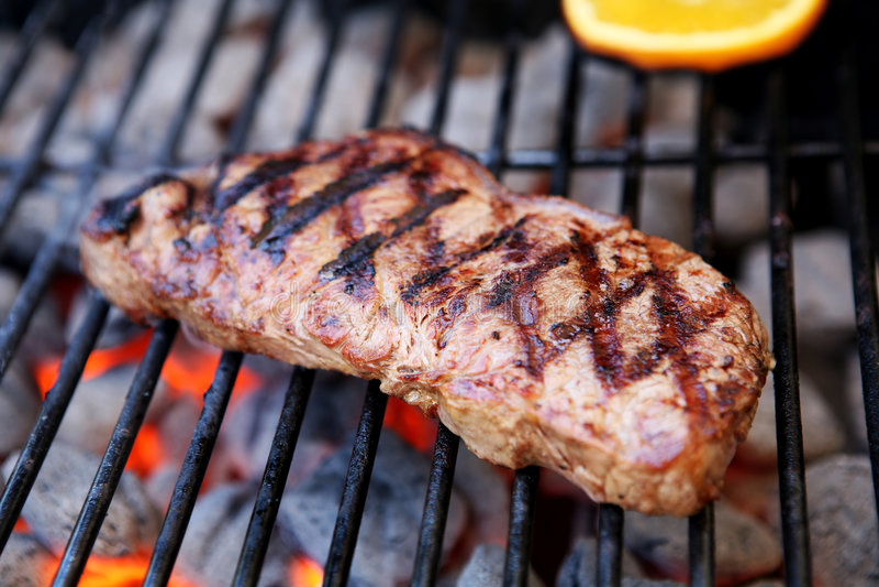 Steak auf Grill stockfotografie