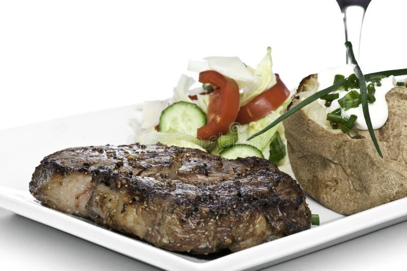 steak för matställepotatoesallad royaltyfri fotografi