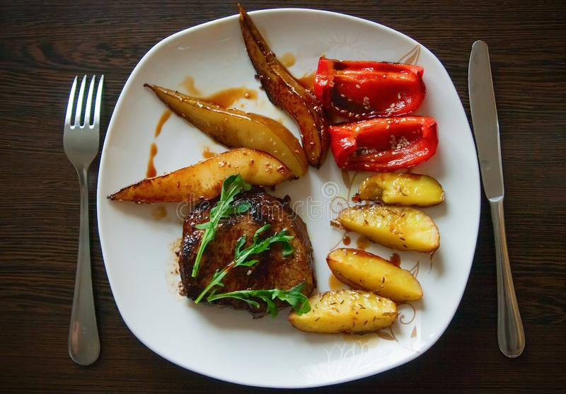 Steak med grönsaker arkivbilder