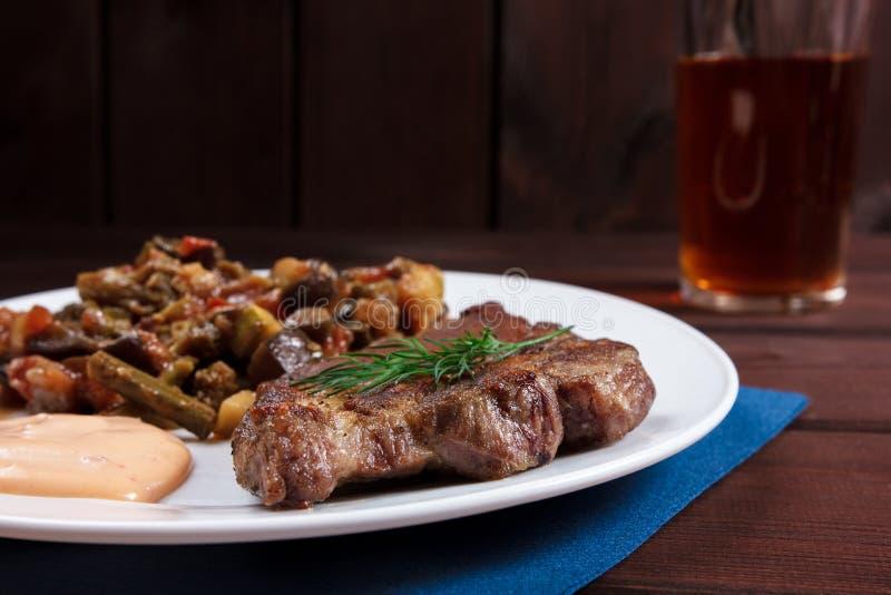 Steak med grönsaker arkivfoto