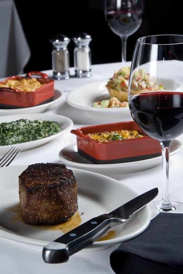 Steak mit einer Auswahl der Seiten stockfoto