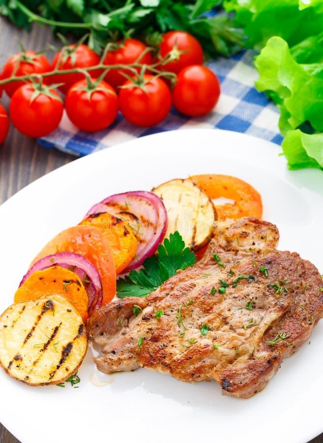 Steak mit gegrilltem Gemüse auf einer Platte stockfotografie