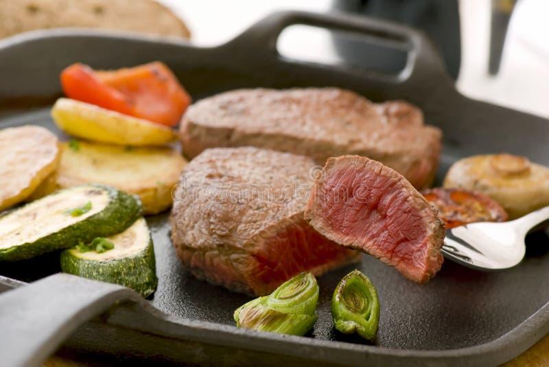Steak mit Gemüse stockfotos