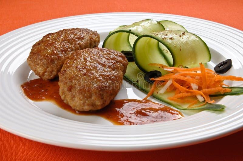 Steak mit Gemüse lizenzfreie stockbilder