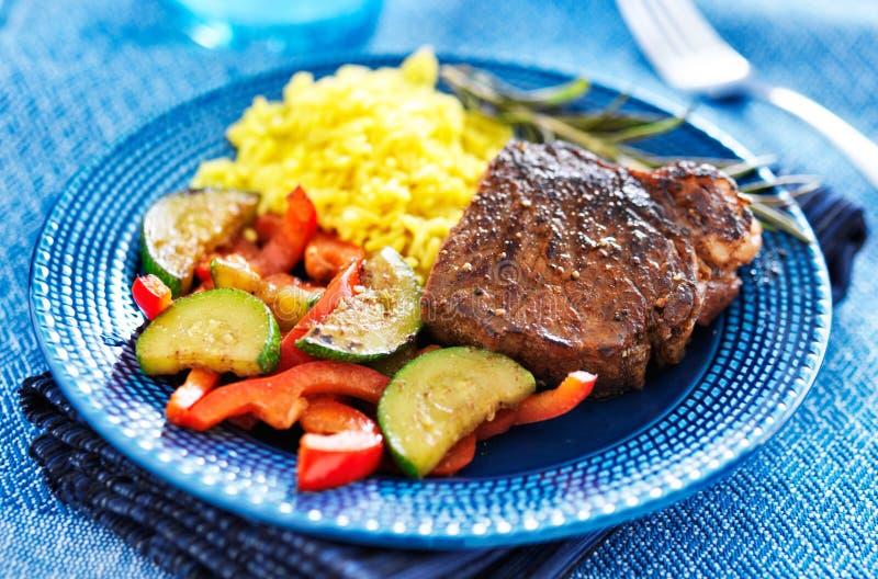 Steak mit Gemüse und Reisabendessen lizenzfreie stockfotografie