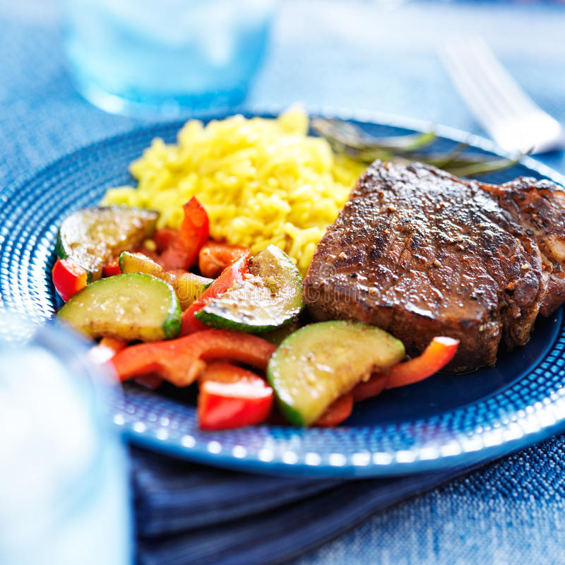 Steak mit Gemüse und Reisabendessen stockfoto