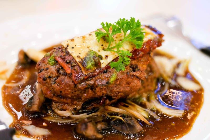 Steak mit Käse lizenzfreies stockfoto