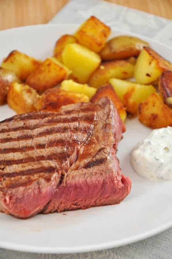 Steak mit Kartoffelkeilen lizenzfreies stockfoto