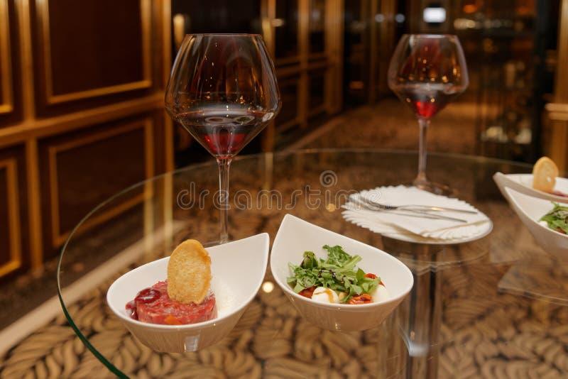 Steak-tartare met kikker en Caprese salade royalty-vrije stock afbeelding