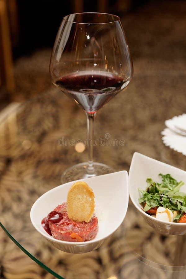 Steak-tartare met kikker en Caprese salade royalty-vrije stock fotografie
