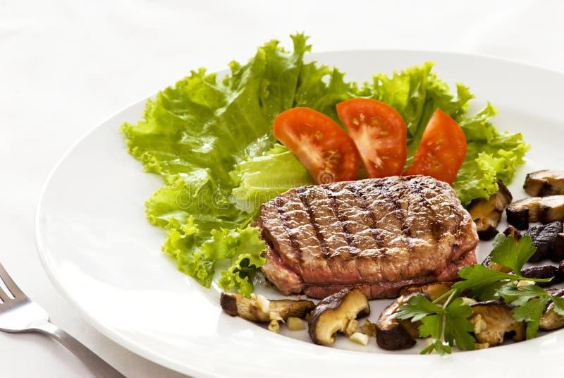 Steak und Salat lizenzfreie stockbilder