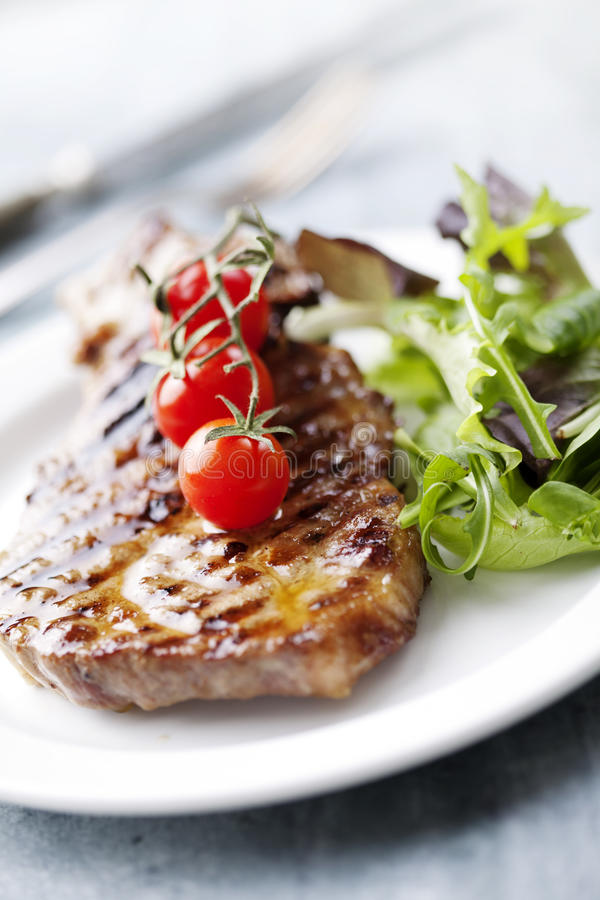 Steak und Salat lizenzfreie stockfotos