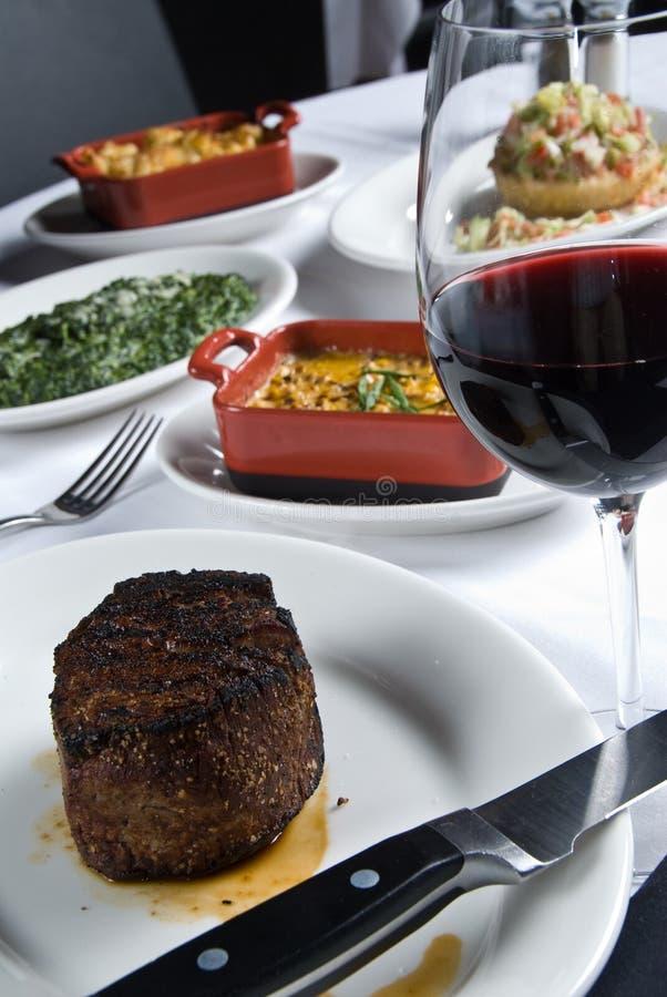Steak und Seiten lizenzfreie stockfotos
