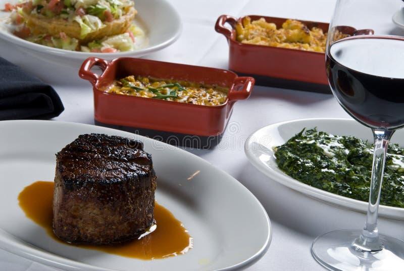 Steak und Seiten stockbild