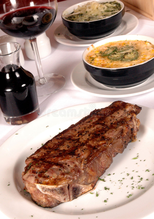 Steak und Seiten lizenzfreie stockbilder