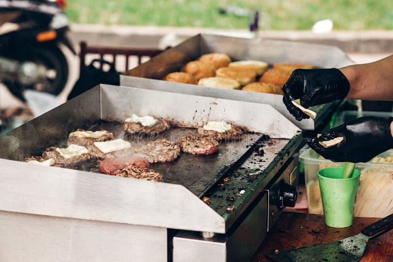 steakes juteux griling avec du fromage sur le gril au festiv de nourriture de rue image libre de droits
