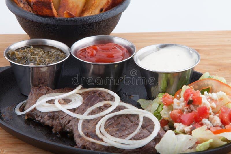 Steakgarnelen-Pommes-Fritesbratpfanne stockbilder